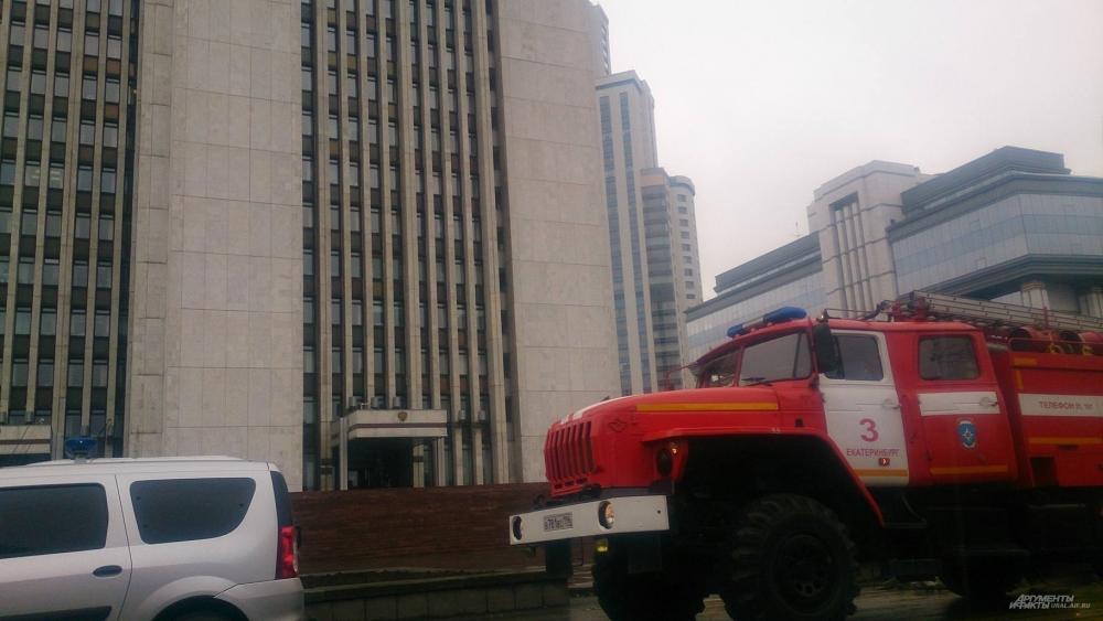 Эвакуация людей из здания правительства Свердловской области.