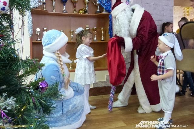 Дед Мороз не дарит подержанные вещи и игрушки.