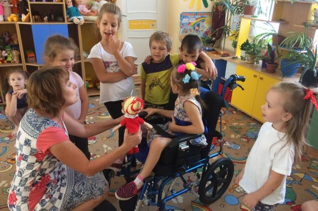 Педагоги проводят с особенным детьми групповые занятия.
