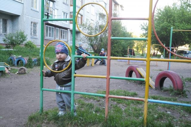 Во дворах домов стоят игровые комплексы 40-летней давности.