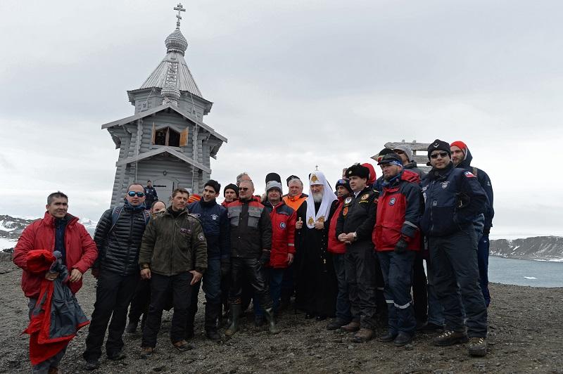 Патриарх Кирилл сучастниками экспедиции полярной станцию «Беллинсгаузен» наострове Ватерлоо вАнтарктиде.
