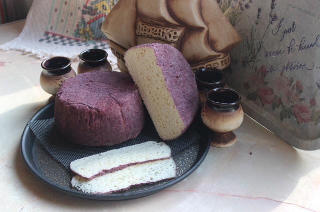 Сыр «Пьяная коза» вымачивается в сухом грузинском вине, благодаря чему он приобретает необыкновенный фиолетово-бордовый оттенок и вбирает в себя всю палитру винных вкусов.