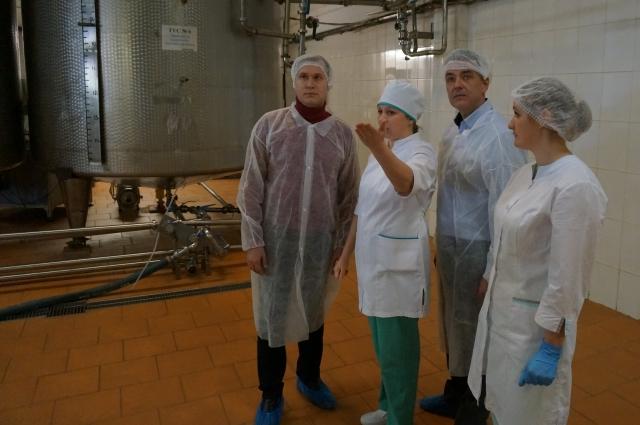 Представители партии «Единая Россия» посмотрели весь технологический цикл на комбинате – от приёмки молочного сырья до упаковки готовой продукции.
