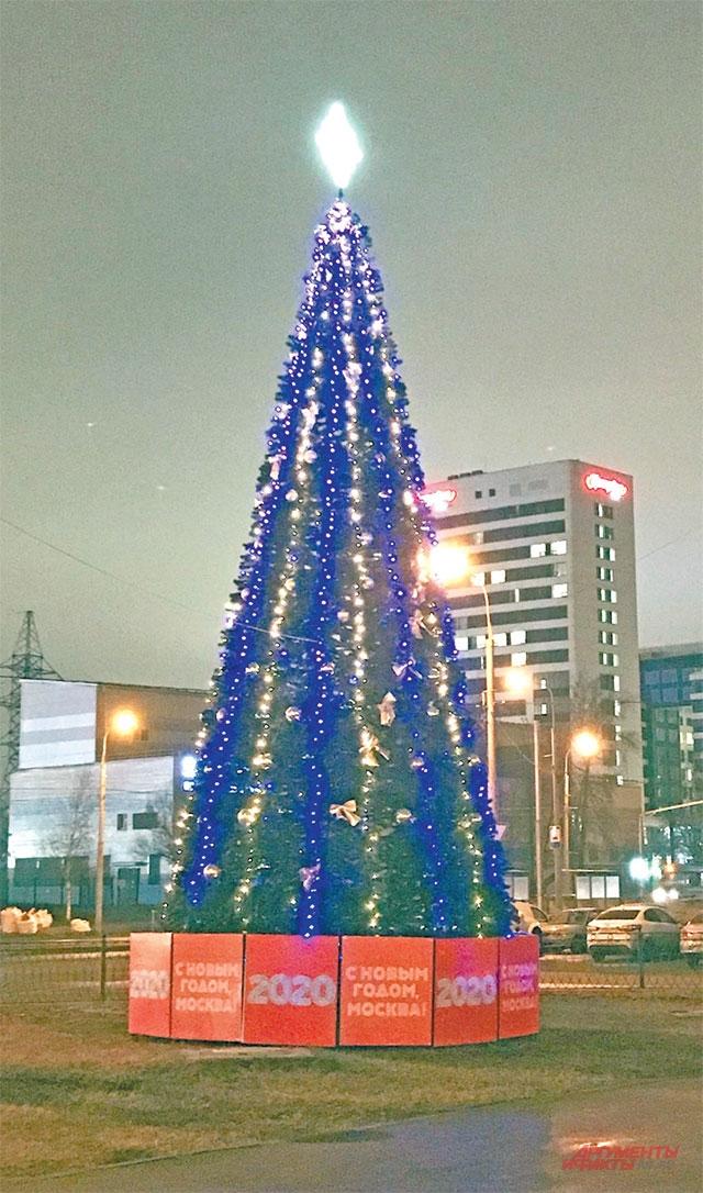 На пересечении Таллинской и Кулакова «выросла» новогодняя ёлка.