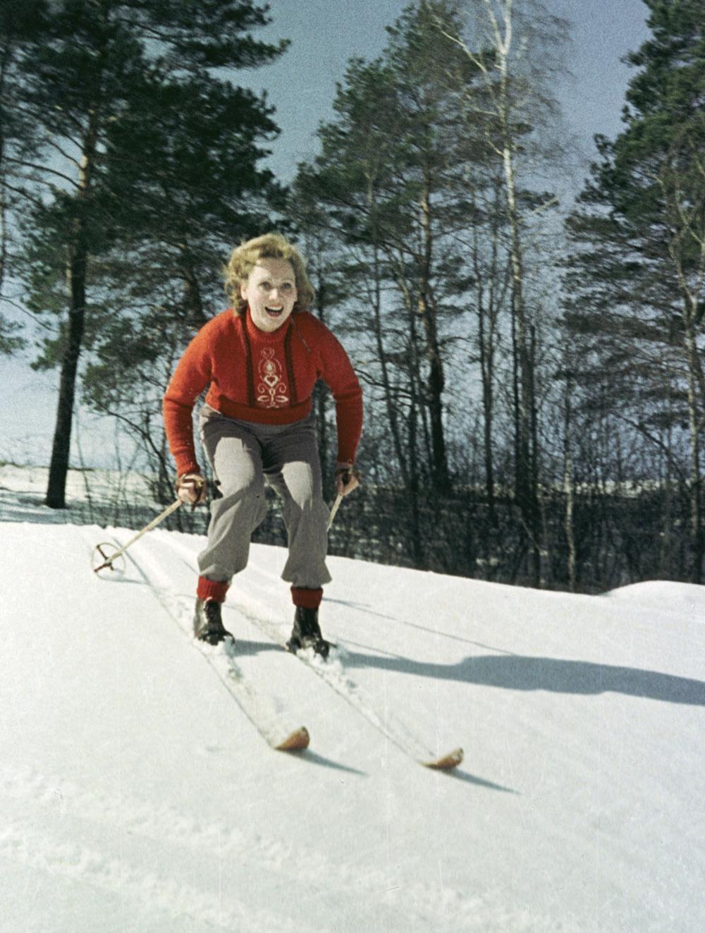 Лидия Смирнова на лыжной прогулке. 1958 год.
