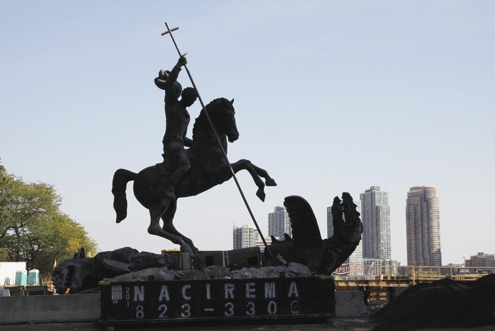 Монумент Зураба Церетели «Добро побеждает Зло» перед зданием ООН вНью-Йорке.