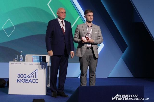 Алексей Третьяков, учитель школы №8 Топкинского района, получил золотой памятный знак и денежную премию.