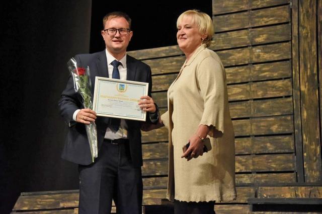 Председатель Белгородского городского Совета Ольга Медведева вручила награды активистам.