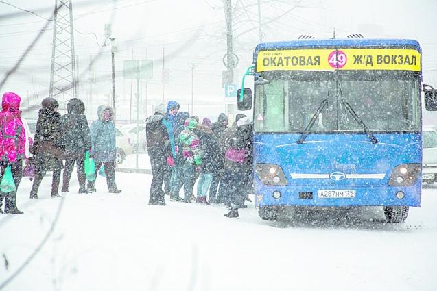 В редких автобусах места хватало не всем.