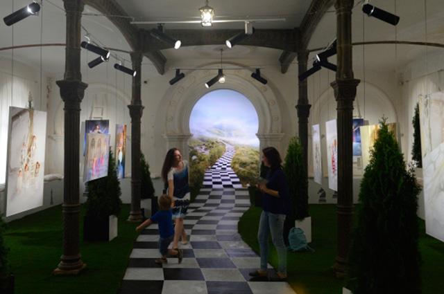 Выставка «Алиса встране чудес».