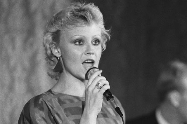 Анне Вески во время концерта в поселке Куанда. 1984 год.