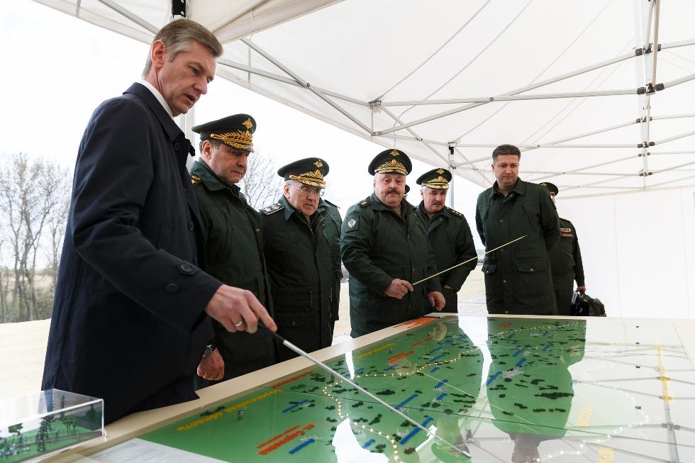 Руководство Минобороны РФ во время контроля хода строительства двухпутной электрифицированной железной дороги в обход Украины на участке Журавка-Миллерово в Воронежской области.