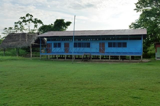 Все деревни шипибо-конибо построены по одному принципу: в центре зелёное травяное поле, которое используется для торжеств, свадеб, праздников и футбола.