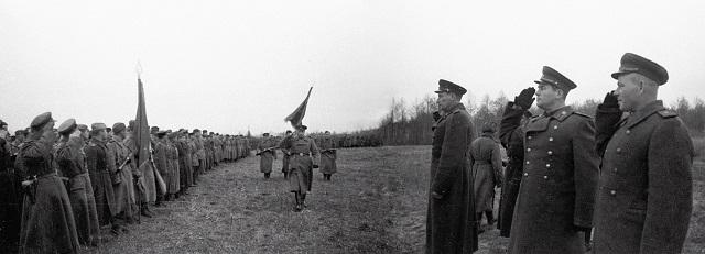 Командующий 60 Армией генерал-лейтенант Иван Данилович Черняховский (справа в центре) после вручения гвардейского знамени одной из дивизий 1 Украинского фронта.