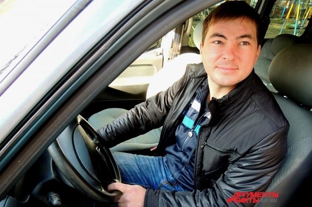 Андрей садится в машину без плана на день, он решает, куда ехать, на ходу