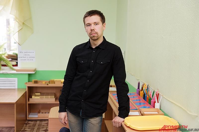 27-летний Евгений Пепеляев уже третий год не покладая рук трудится в пермском детском саду.