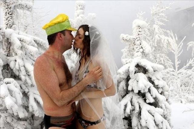 Красноярские моржи отметили свадьбу в зимнем лесу.