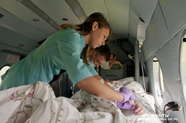 Оказывать медицинскую помощь в воздухе непросто.