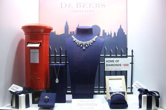 Витрина магазина De Beers в Нью-Йорке.