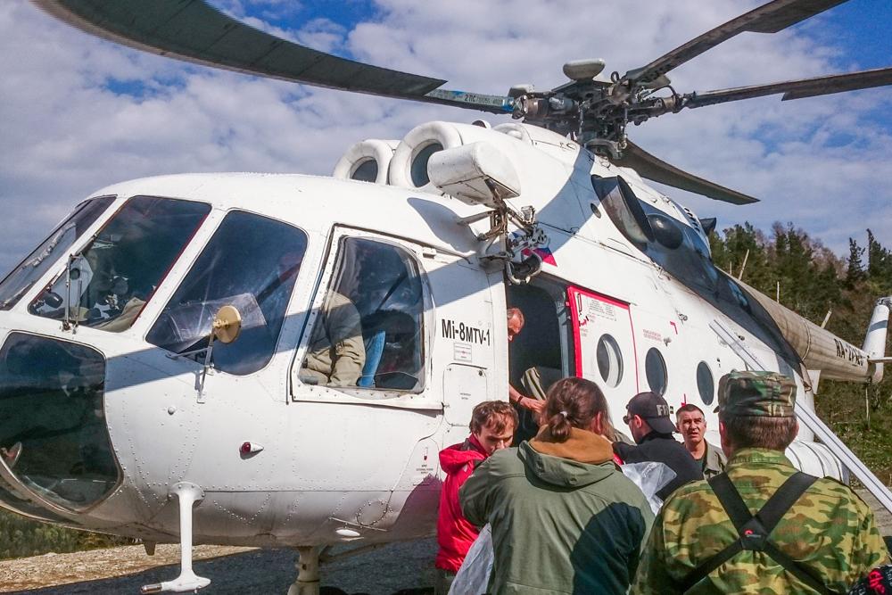 Вертолет с грузом прибыл к метеостанции.