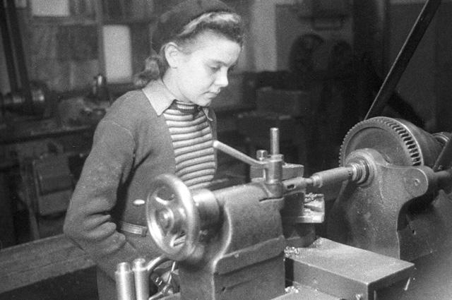 Учащаяся школы трудовых резервов работает наоборону. Завод «Шарикоподшипник». 1942 г.
