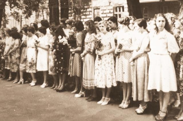 первые выпускницы медицинского училища.