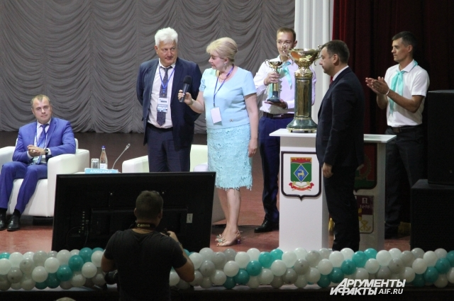 Кубок по благоустройству передали Таганрогу и Матвеево-Курганский район.
