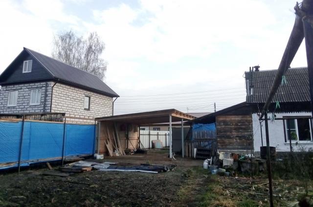 Двор Ирины и Германа, а за забором — новый двухэтажный дом Светланы.
