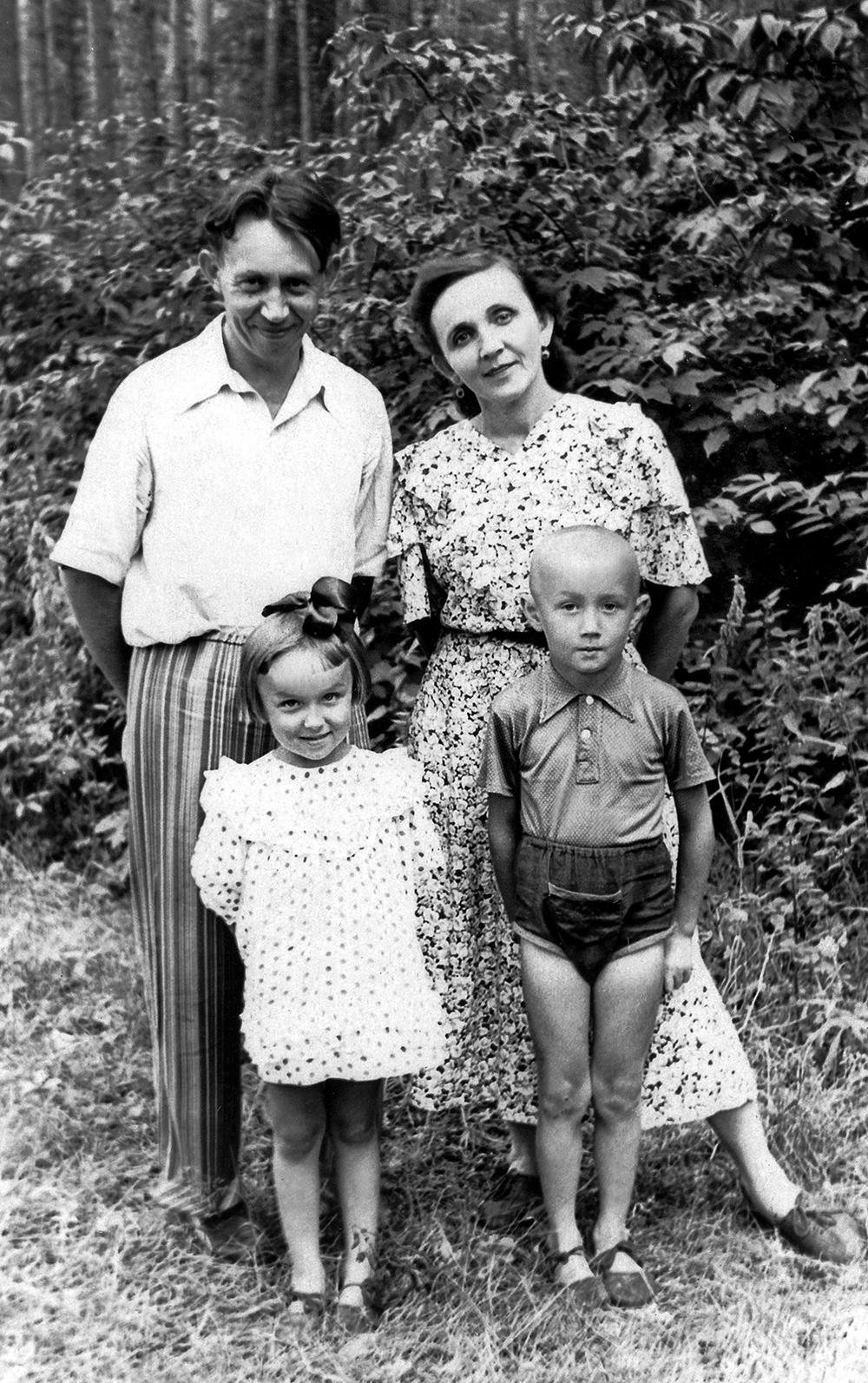 Абдурахман Абсалямов с женой Магинур и детьми Лялей и Булатом.
