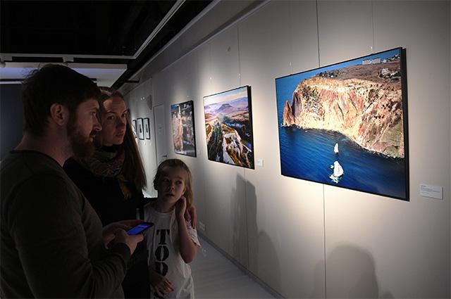 Посетители на открытии выставки «На берегах цветущих Крыма» в парке «Зарядье» в Москве.