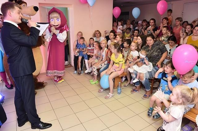 Первой частью благотворительной программы стало выступление перед маленькими пациентами больницы персонажей мультсериала «Маша и Медведь».
