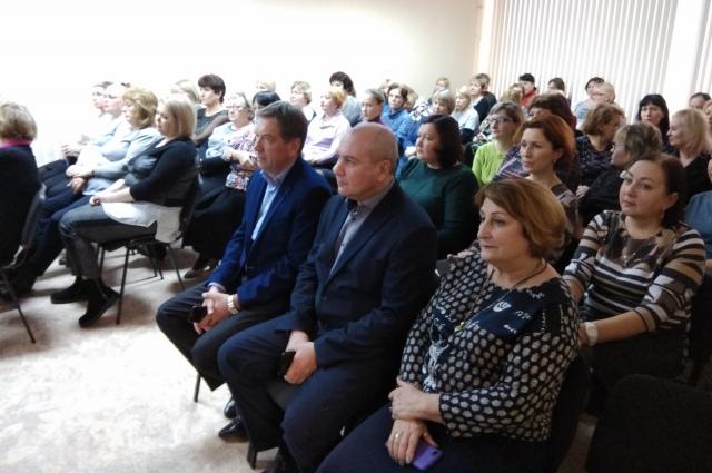 сотрудников АНО «Центра социального обслуживания «Безымянский» собрались у экранов, чтобы первыми узнать об инициативах главы государства.