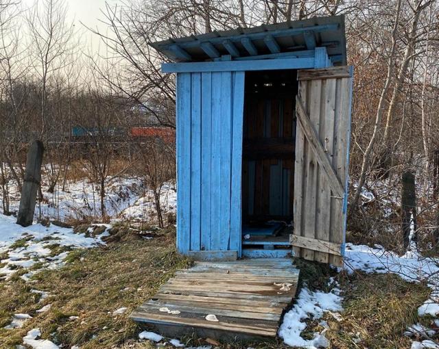 В Матвеевке есть только неотапливаемый общественный туалет.