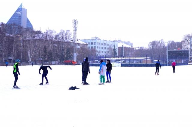 Лёд на стадионе Юность залили пока на треть всей площади.