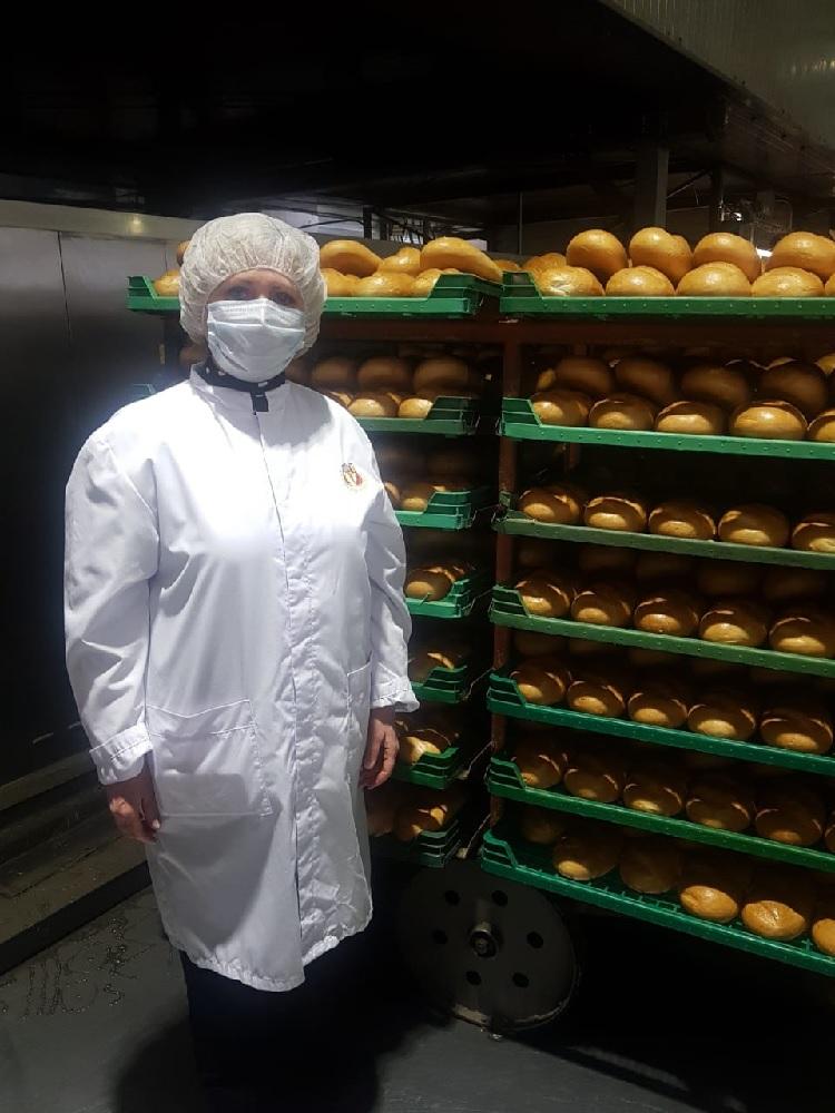 На Владимирском хлебокомбинате Ольга Ильина бывает достаточно часто. Но сегодня на производстве - только в маске.