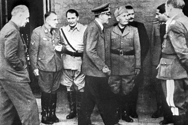 Слева на право: министр иностранных дел Германии Иоахим фон Риббентроп, рейхсляйтер Мартин Борман, рейхсмаршал Герман Геринг, фюрер Адольф Гитлер, дуче Бенито Муссолини около квартиры А. Гитлера после попытки покушения на него 20 июля 1944 года
