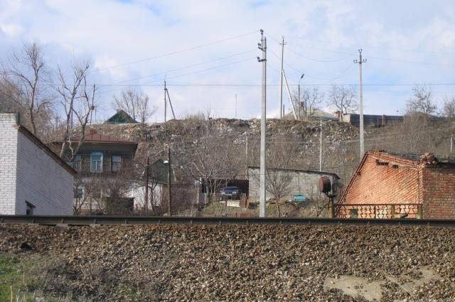 Вид на свалку открывался со стороны железной дороги Ростов Москва