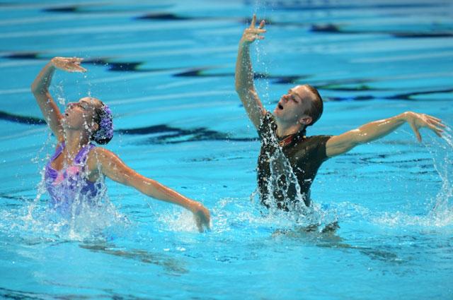 Дарина Валитова и Александр Мальцев (Россия) выступают с технической программой в финальных соревнованиях по синхронному плаванию среди смешанных дуэтов на XVI Чемпионате мира по водным видам спорта в Казани