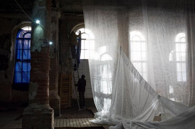 Сценой для спектакля стала лютеранская полузаброшенная церковь.