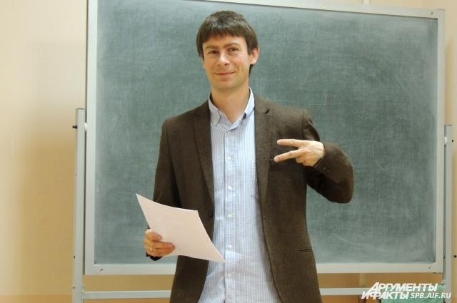 После игры Илья пообщался с Михаилом Скипским, который раньше вел кружок ЧГК в его школе.