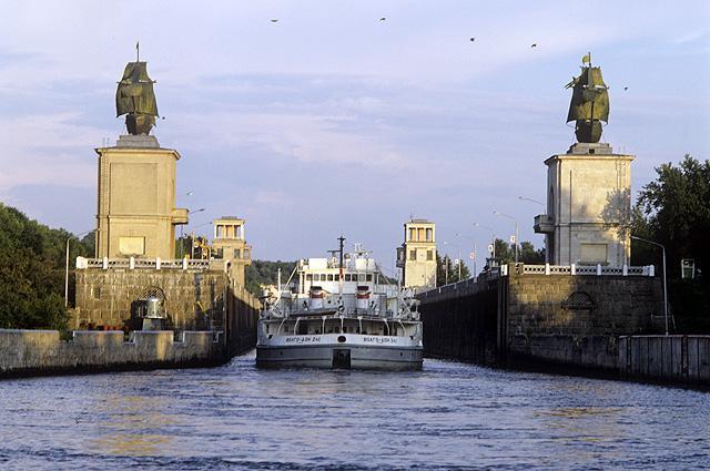 Московская область. Канал имени Москвы. Каравеллы на нижних башнях шлюза №3.