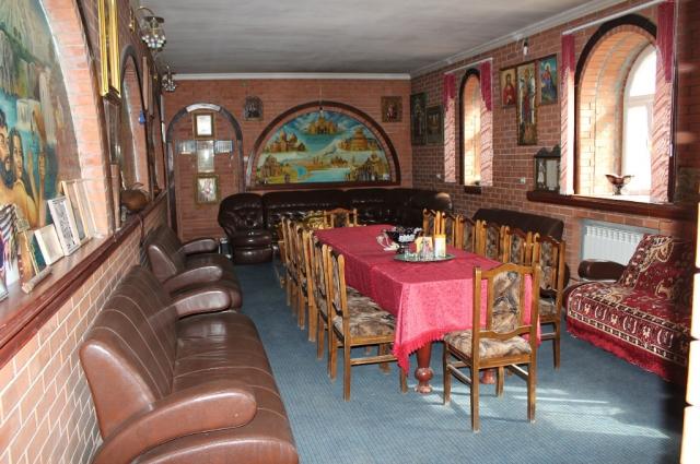 В общине есть свой музей, а в часовне мирно соседствуют две библии: привычная православная и армянская.
