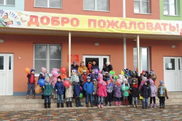 Кажется, что все семьи посёлка хотят, чтобы их дети посещали новый детсад.