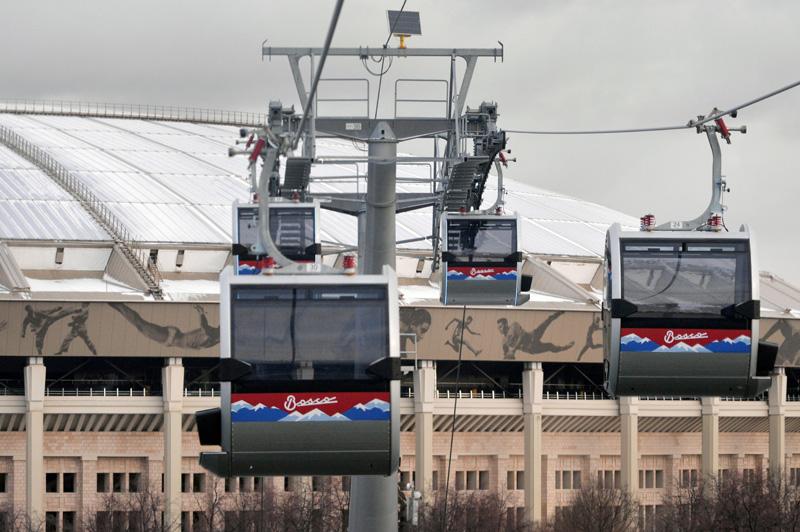 Первая канатная дорога (720 метров) связала над Москвой-рекой смотровую площадку на Воробьёвых горах со стадионом «Лужники».