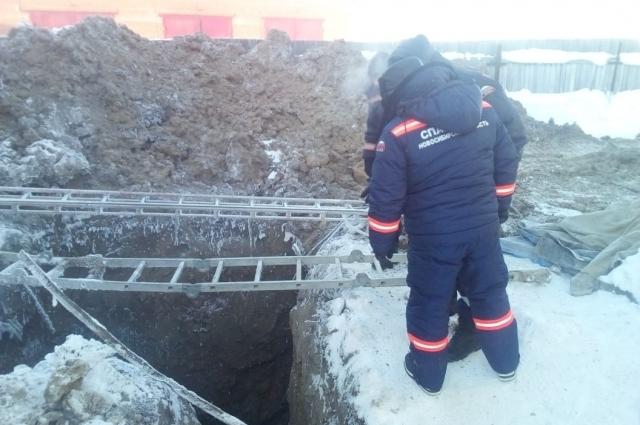 Спасатели откапывают завал.