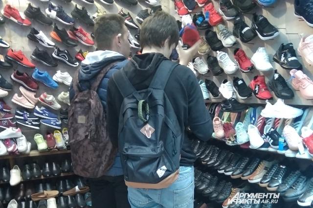 Кроссовки пахнут резиной на весь базар.