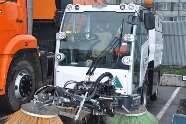 Среди спецтехники - машины для подметания улиц от снега