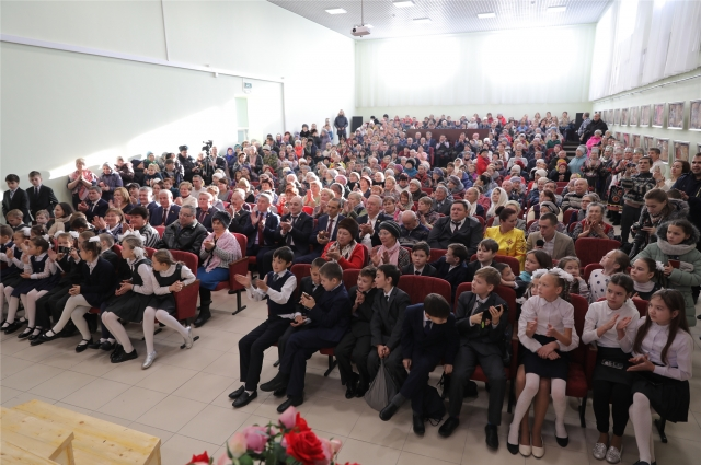В зале умещаются более 300 человек.