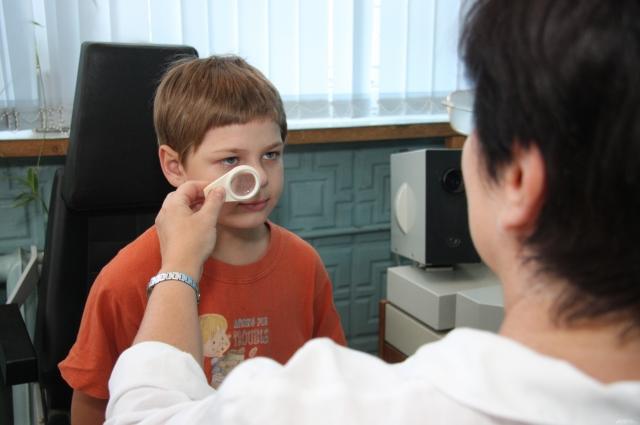 При генетической предрасположенности к близорукости ребёнка нужно показывать окулисту два раза в год.