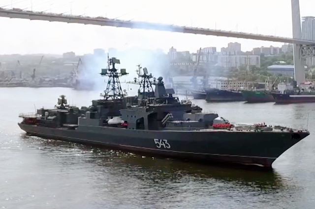Модернизированный большой противолодочный корабль Тихоокеанского флота проекта 1155 «Маршал Шапошников» вовремя проведения этапа заводских ходовых испытаний вЯпонском море.